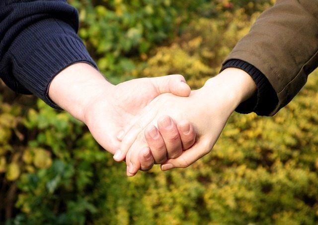 Parejas homosexuales, conviene evitar las muestras de cariño