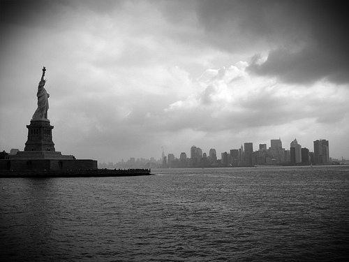 La Estatua de la Libertad se inclina